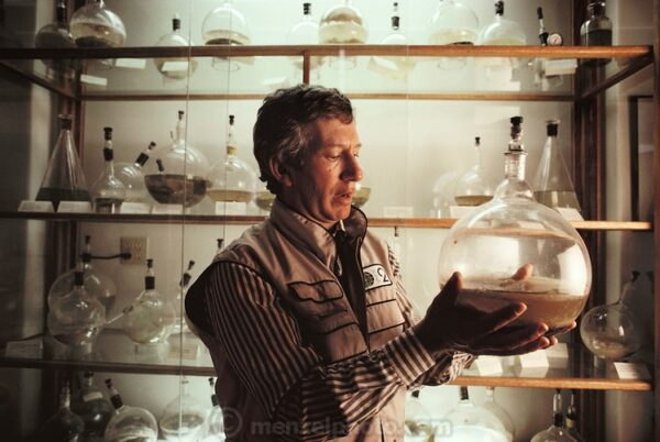 Mark Nelson examining a small-scale closed ecological system. COPYRIGHT:© Peter Menzel 1990